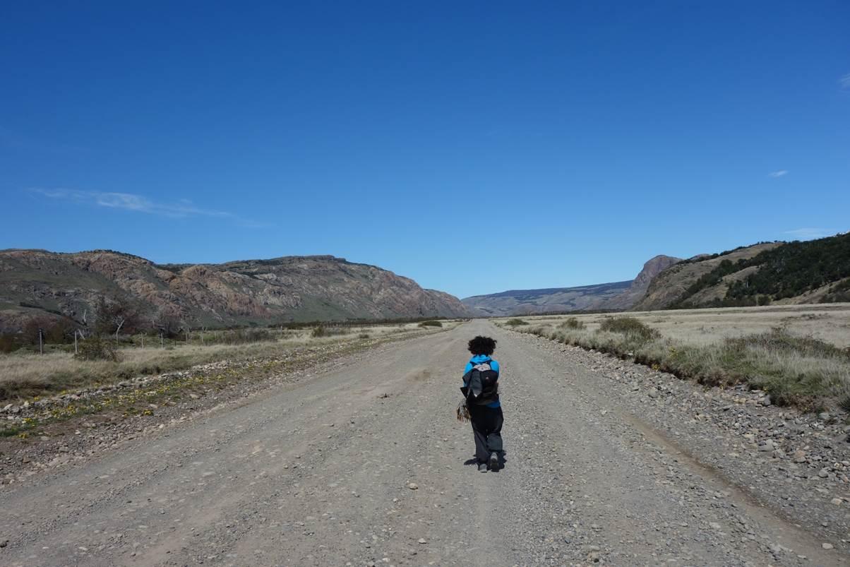 Retour du treck - Désespérés de faire du stop sur cette route déserte!
