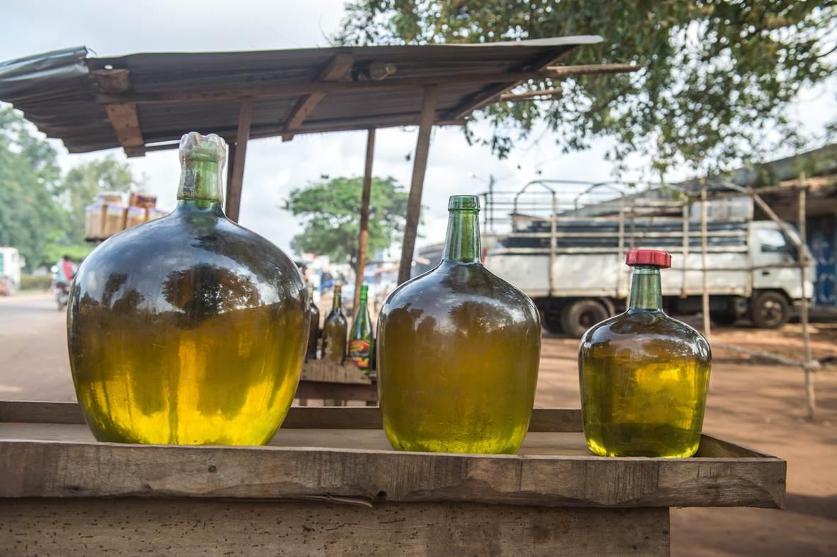 Achat d'essence frelatée - Stand de rue
