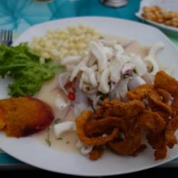 Ceviche con chicharon - Plat local